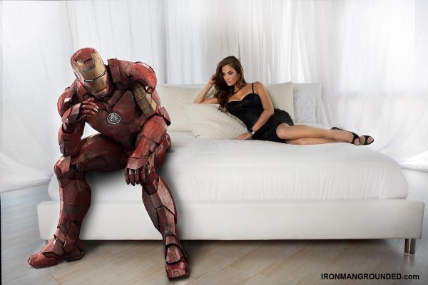 Iron Man in der Denkerpose mit Model Donna Feldmann fotografiert/inszeniert von Raffael Dickreuter
