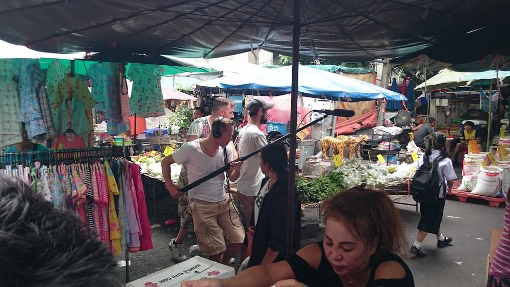 """Die Filmcrew """"jagd"""" durch den Ding Deng Markt - Filmaufnahmen mit unserer jüngsten thailändischen Schauspielerin."""
