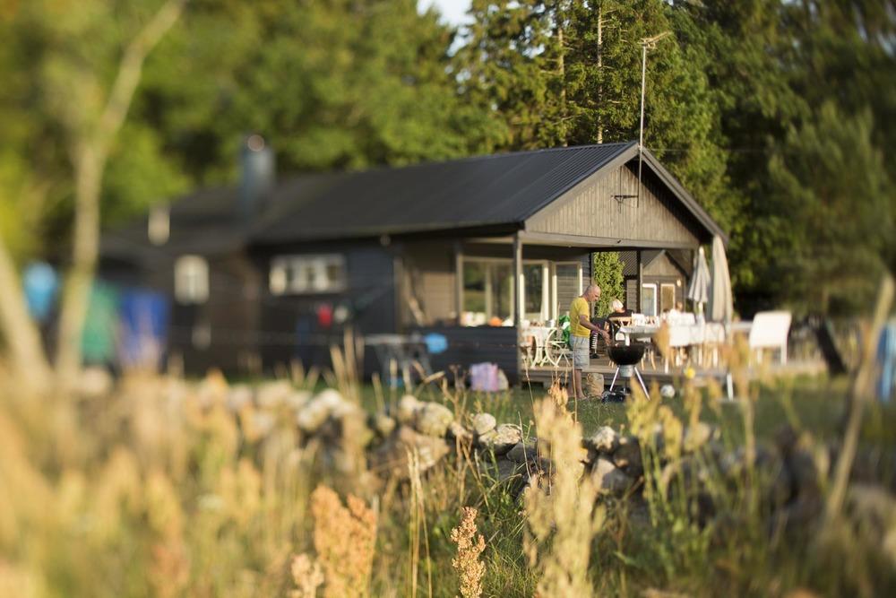 Unser kleines Sommerhaus im Norden der Insel Öland. Mein bester Freund David Brodbeck beim Grillieren ;-).