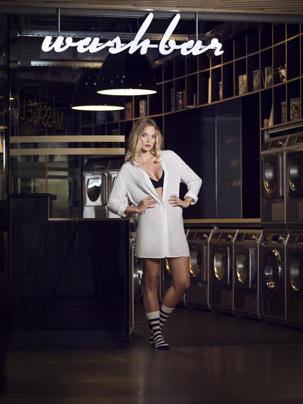 """Die neue """"wash bar"""" in der Welle 7 in Bern. Tatsächlich kann man dort Waschen :-). Aber auch tolle Russisimo Gelatis, feinster Café und eine umfangreiche After Work Apéroauswahl stehen im Angebot. Im Bild Model Laura mit den coolen  Dilly Socks ."""