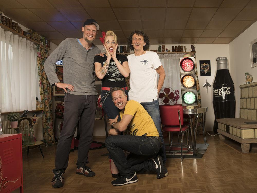Viel Spass am Shooting mit dem bekanntesten Pin up Girl der Schweiz: Zoe Scarlet. (mit Mitch Haussener, Zoe Scarlet, Denis Jeitziner und mir an den knackigen Schenkeln ;-).(von links nach rechts),