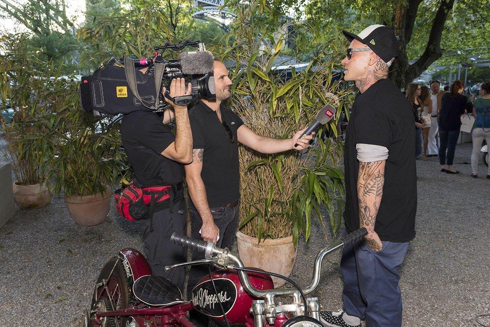 Schweizer Fernseher mit Glanz und Gloria beim Interview mit Motorhead Danny Schneider
