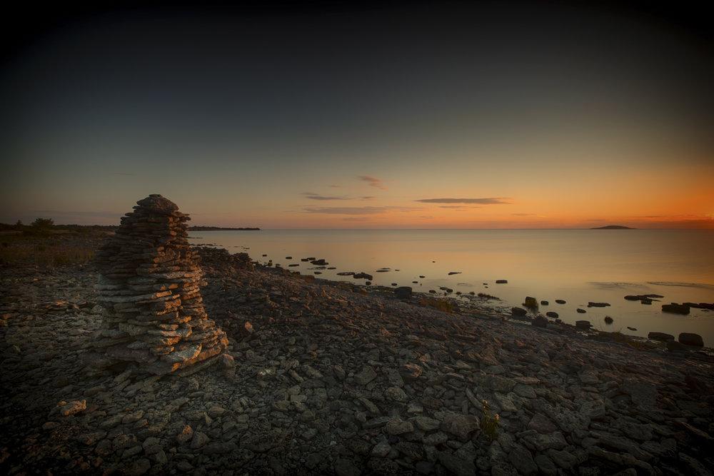 In unmittelbarer Nähe von Byrums Raukar: der Steinstrand mit Sicht auf die Insel Blå Jungfrun