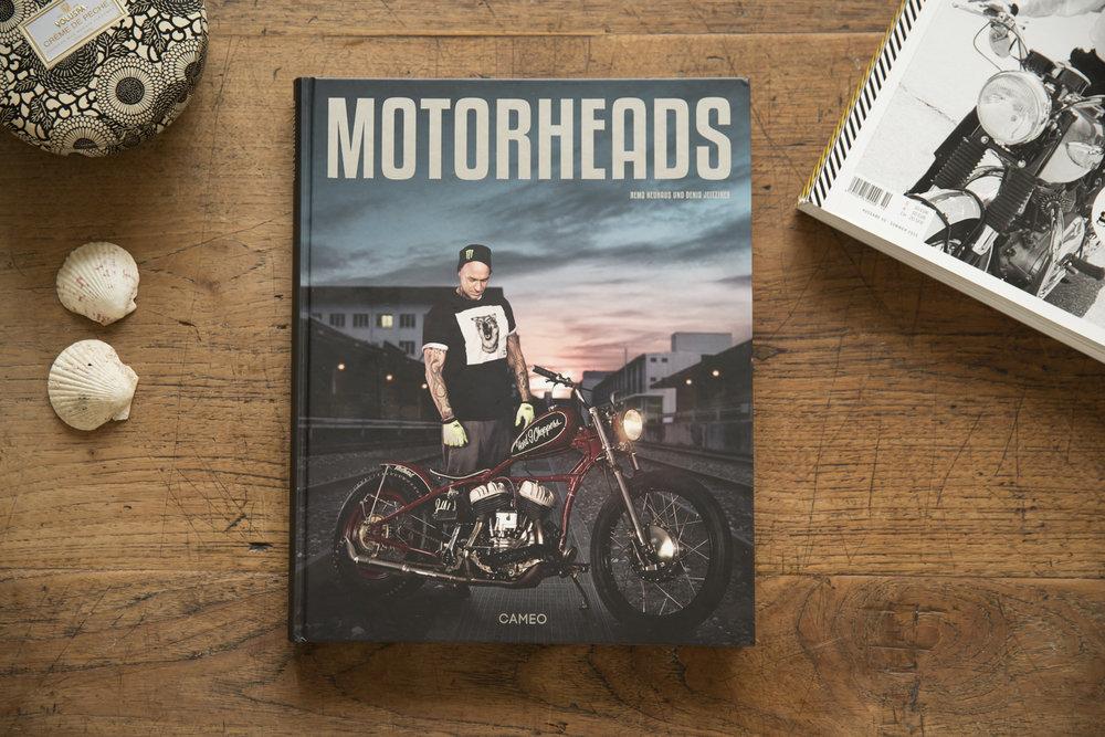 Für Fans von Geschichten mit Motoren. Darunter Schweizer Persönlichkeiten wie Tom Lüthi, Marc Surer, Mat Rebaud oder Danny Schneider.