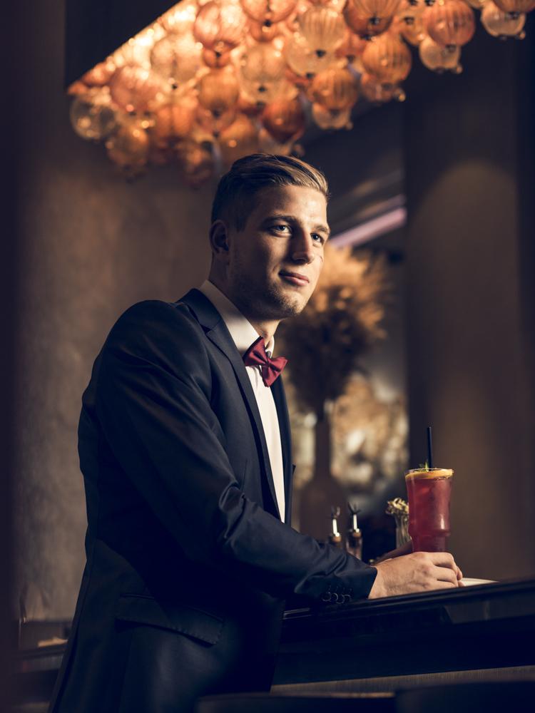 In Sylvester Laune: David von Ballmoos beim Shooting an der Bar im Hotel Schweizerhof in Bern.