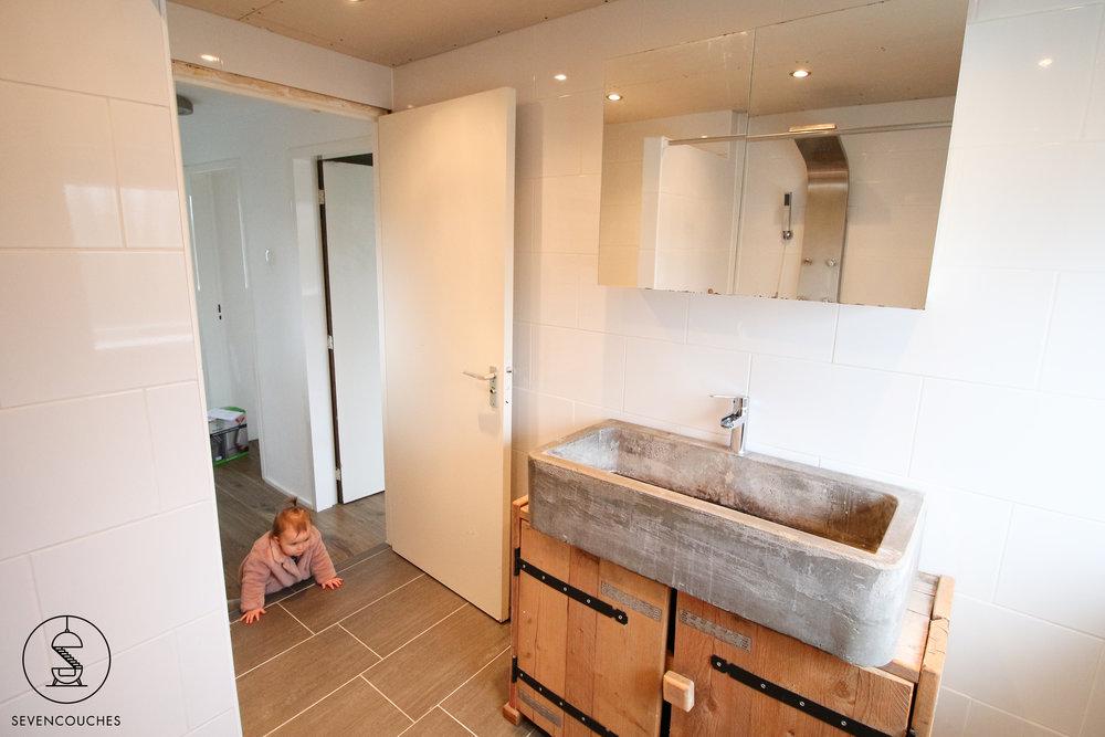 Het badkamermeubel met de veel te grote wasbak. En Amélie op links - ze kon nog niet eens lopen!