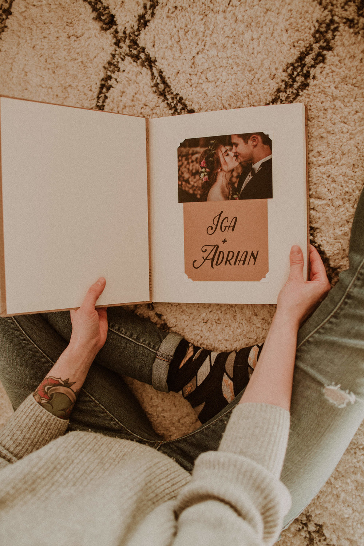 album - tradycyjnyalbumy tworzy niesamowita czarodziejka Weronika z Papierowych Sztuk, która zaklina w albumy piękno a ja dodajęmu odrobinęmiłości i jest. Taki prosto z serca, pełny zdjęć, emocji, piękna, wspomnień, szaleństwa.