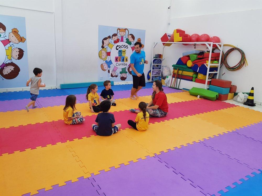 O que fazemos - O Cross Family é um studio interdisciplinar voltado para o bem-estar de toda a família.CRIANÇASPara as crianças, as modalidades são:- Música e Movimento -para bebês até 24 meses.- Baby Cross - para crianças até 4 anos.- Funcional Kids -para crianças de 4 a 12 anos. Com metodologia exclusiva, as aulas desenvolvem força, equilíbrio, coordenação, agilidade, flexibilidade, proficiência motora grossa e fina, habilidades sociais, autoestima e muito mais.- Muay Thai Kids -para crianças a partir de 4 anos.ADULTOSPara os adultos, o Cross Family oferece treinamento funcional com o método TOR, no qual cada treino é tratado como único e especial, com foco em cada aluno, respeitando sempre sua individualidade biológica dentro de um sistema de treino totalmente periodizado.ATIVIDADES ADAPTADASO programa é completado com as Atividades Adaptadas, modalidade de atendimento direcionada à todas as crianças com algum tipo de disfunção, seja motora, cognitiva ou comportamental.Tudo isso num ambiente lúdico, alegre, seguro e projetado para todos se divertirem.Agende uma aula experimental e venha conhecer tudo o que o Cross Family tem a oferecer!