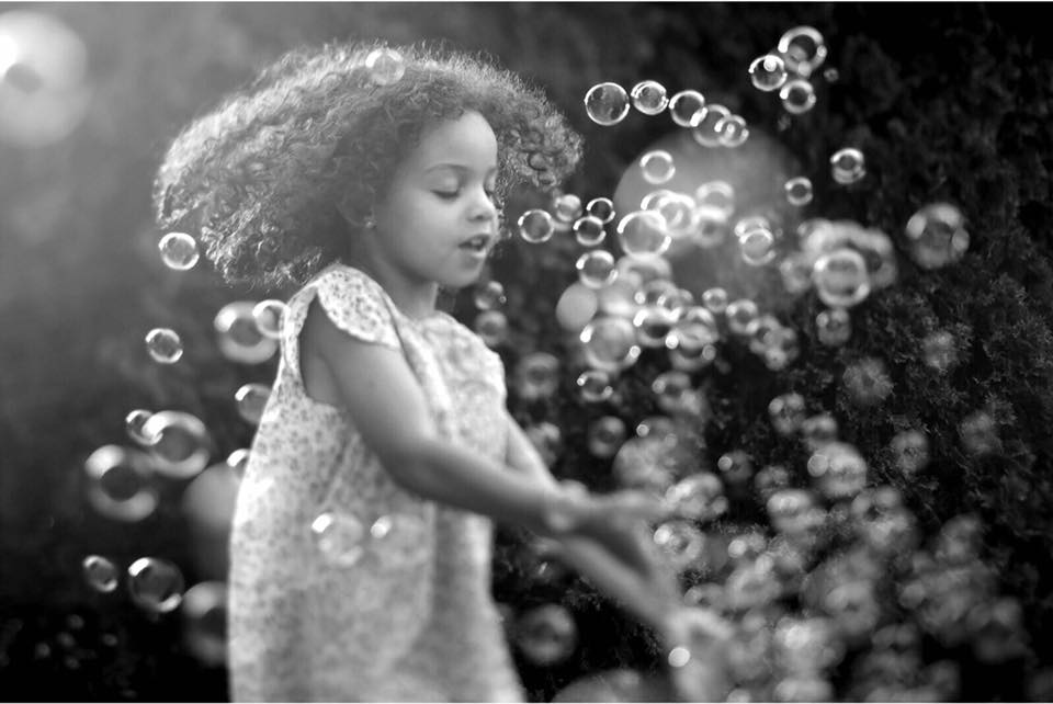black and white happy girl bubbles family pose workshop murielle cascone photography