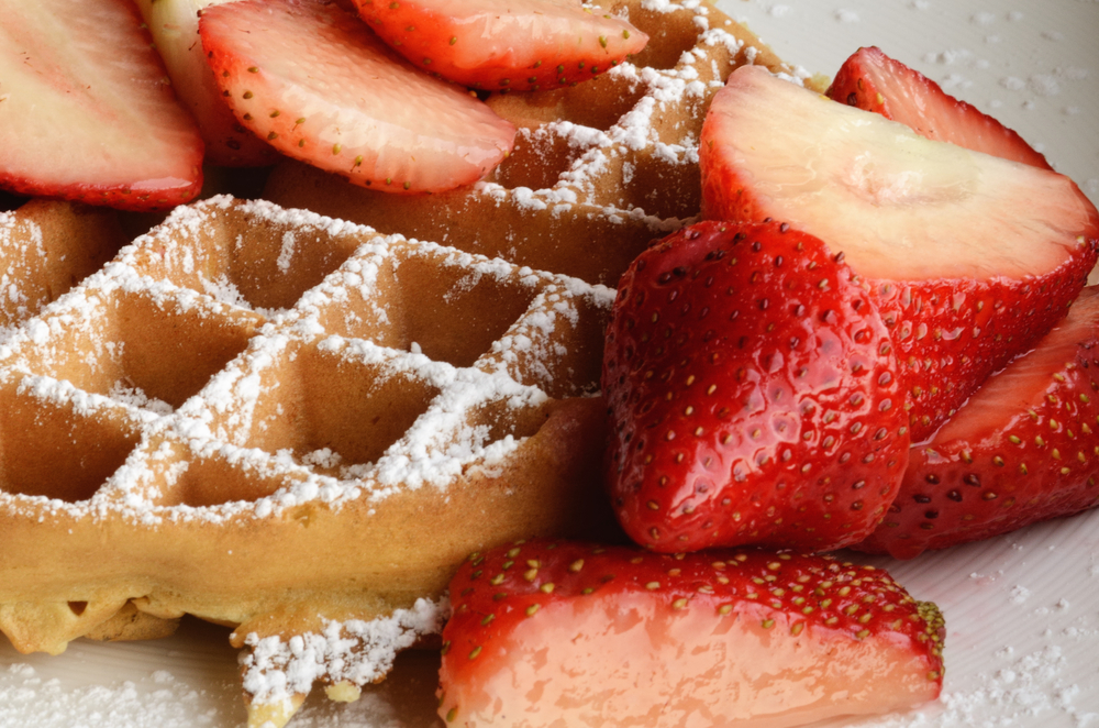 Waffle_with_strawberries_and_confectioner's_sugar.jpg