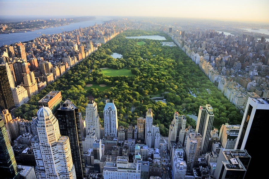 Central Park aerial view, between 5th Avenue (UES, right) and Eight Avenue (UWS, left).
