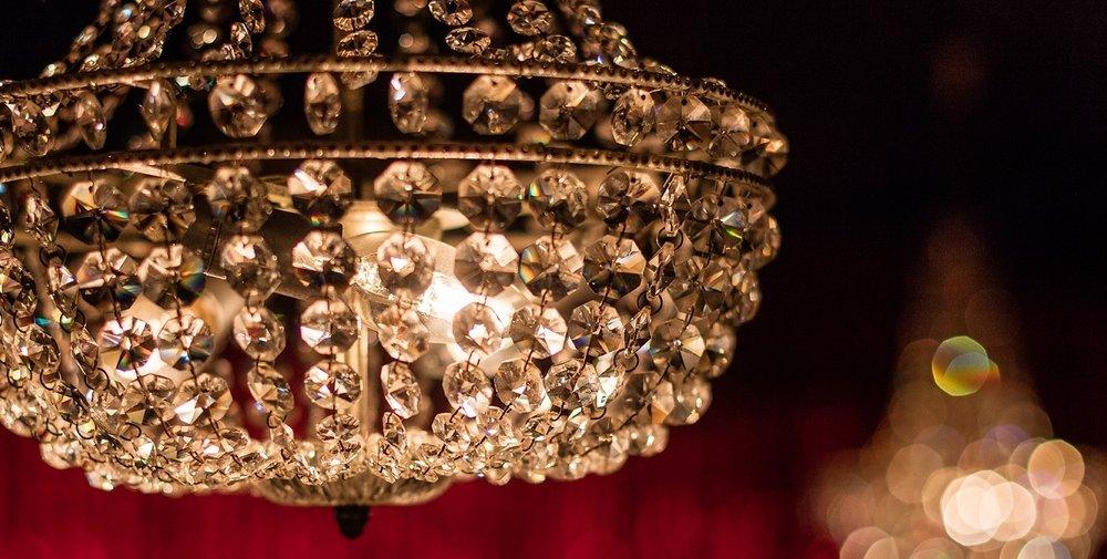 1. Ontvangst - Persoonlijke begeleiding naar uw tafel, de start van een sprankelende avond.- Programmaboek- 1/2e fles champagne- Deluxe hartig hapjesassortiment