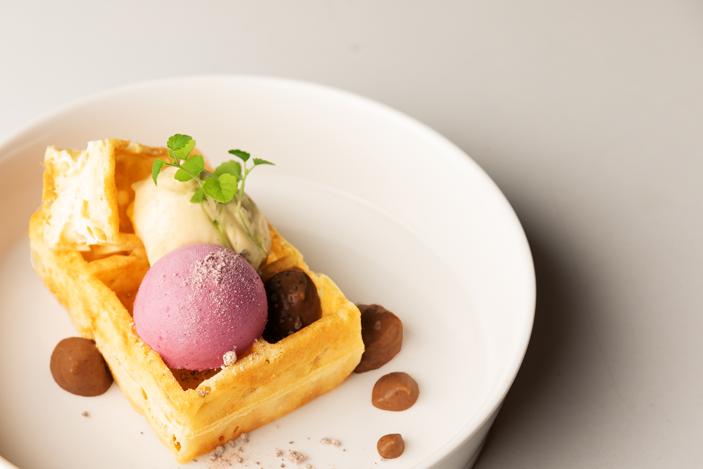 Dessert - Brusselse wafel, crème suisse, melk chocolade, tonkaboon.