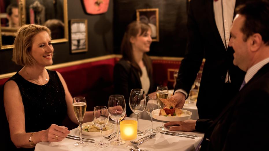 1. Ontvangst - 18u30 - Persoonlijke begeleiding naar uw tafel, de start van een sprankelende avond.- Champagne met amuses- Voorgerecht- Tussengerecht- Hoofdgerechtincl. aangepaste wijnen