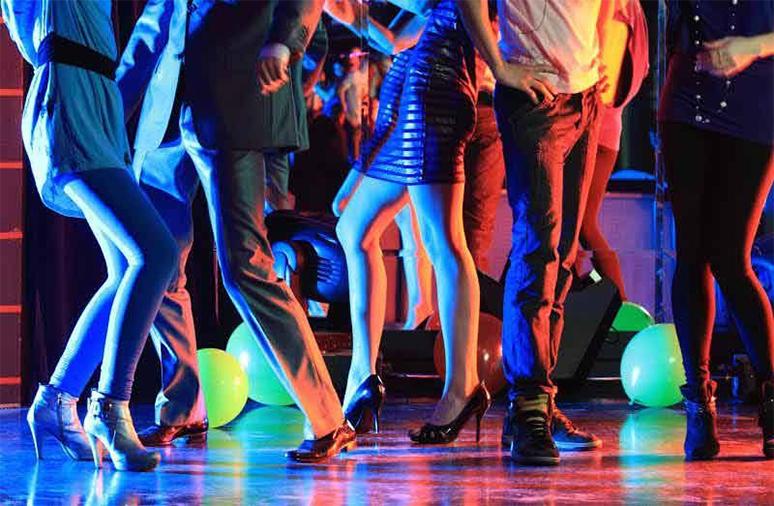 5. Party met DJ - Aftellen naar het nieuwe jaar met een glas champagne, vanaf 12u zet de DJ de dansnacht in!