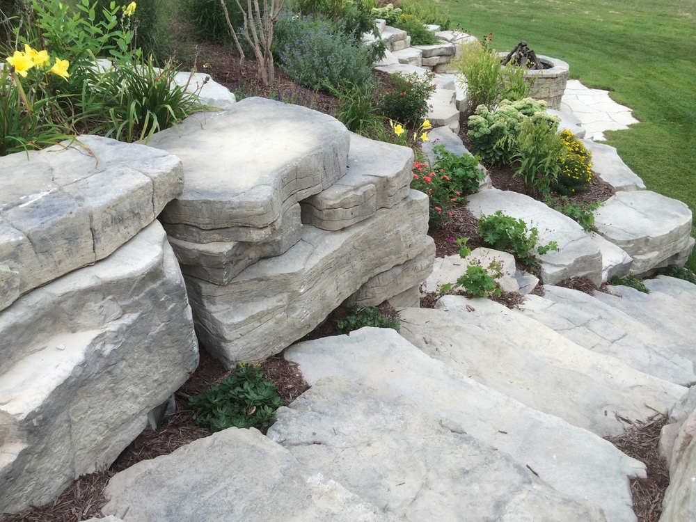 outdoor-living_hardscape_romanstone_rosetta_outcropping_cedar-valley.JPG