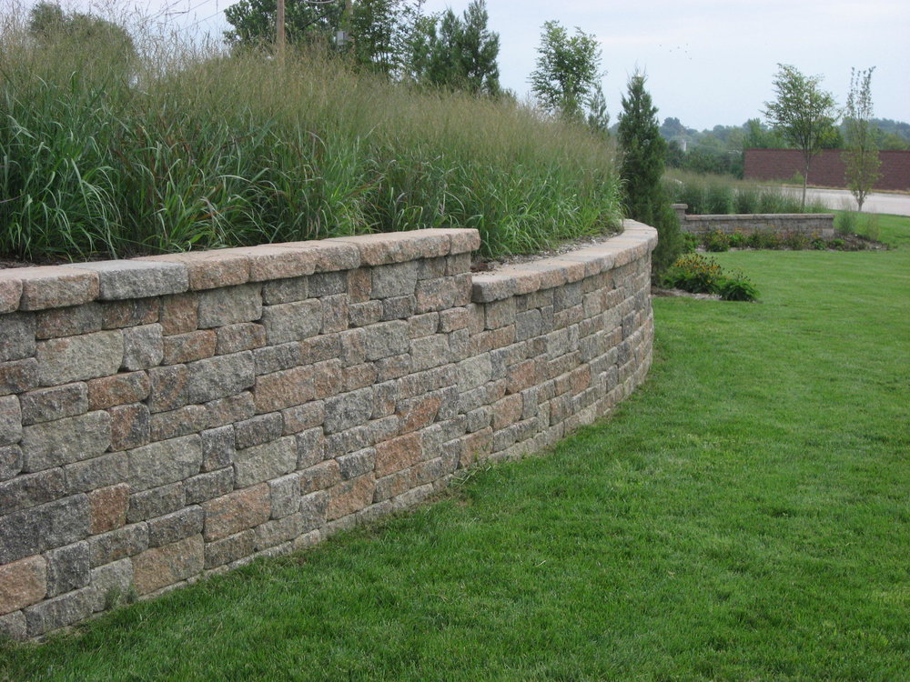 retaining_wall_VERSALOK_Weathered_Mosaic_Timberwood-Blend.JPG