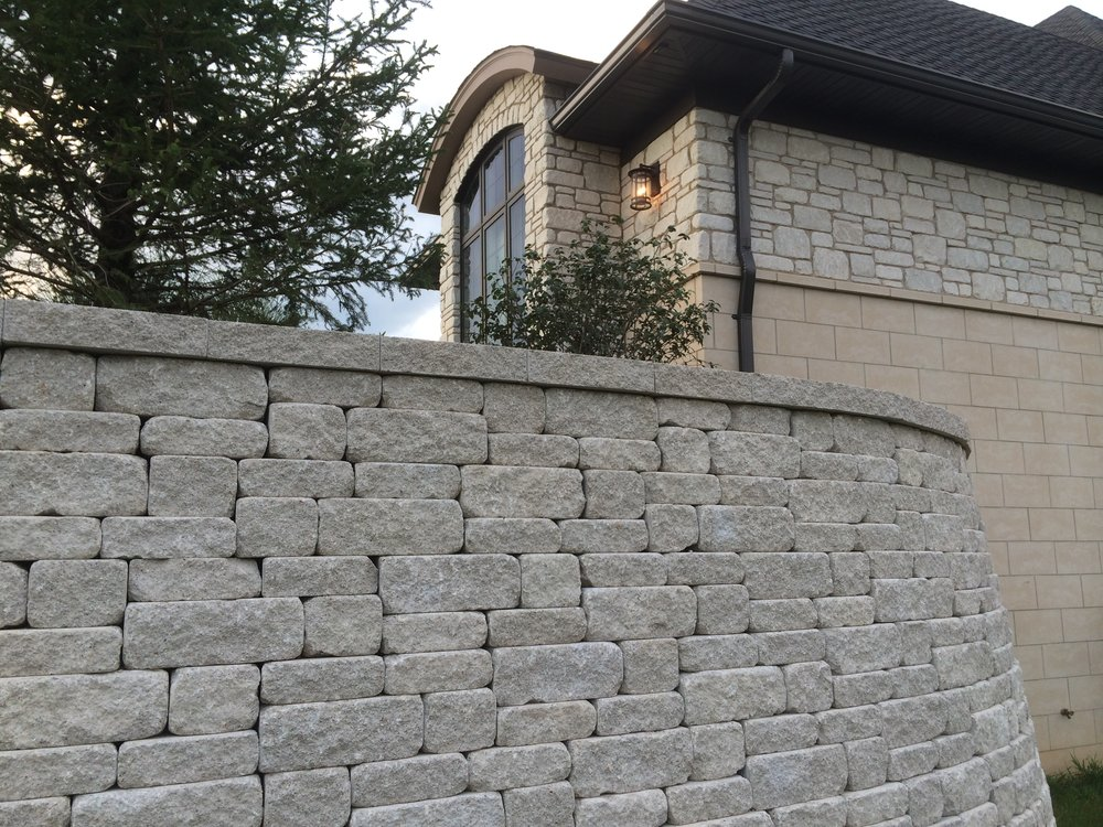 retaining_walls_weathered_versa-lok_MOSAIC-charcoal_2.JPG