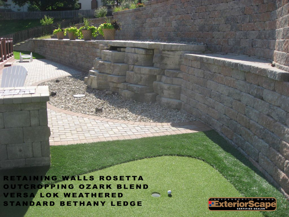 retaining_walls_roseetta_outcropping_ozark-blend_versa-lok_weathered_standard_bethany-ledge.jpg