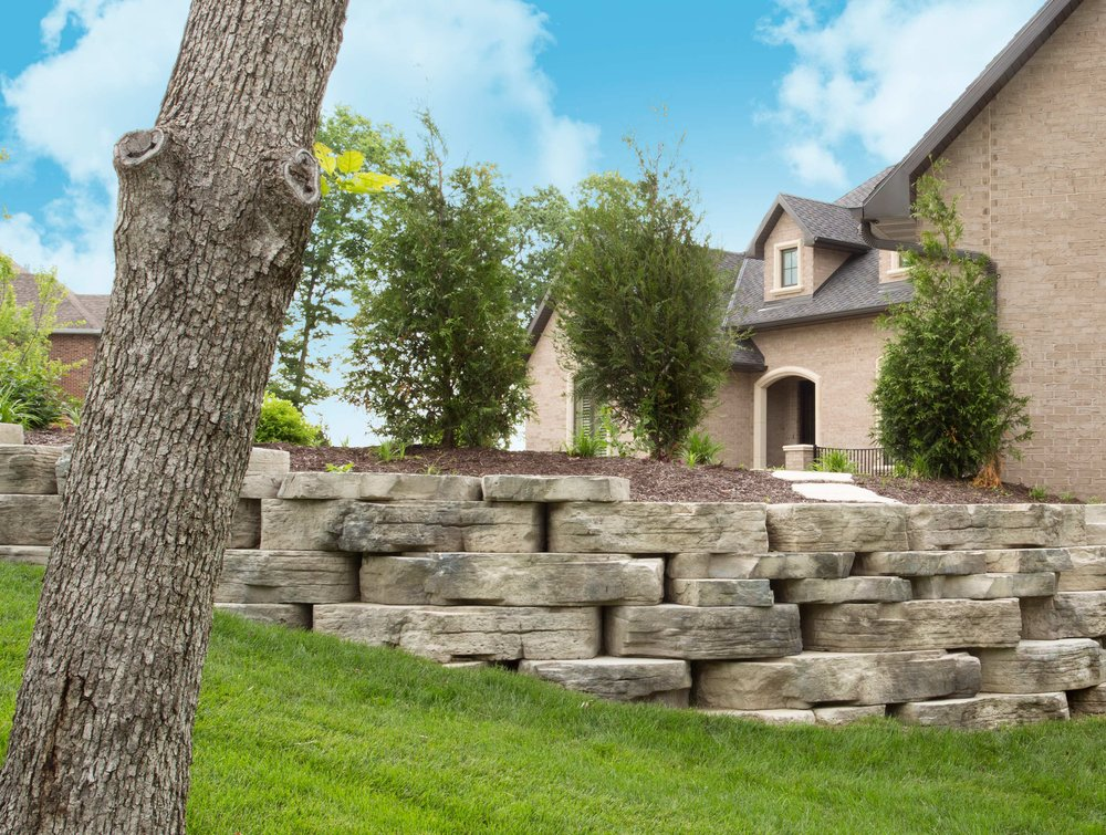retaining_wall_natural-stone_rosetta_outcropping_cedar-valley-blend_landscape_mulch.jpg