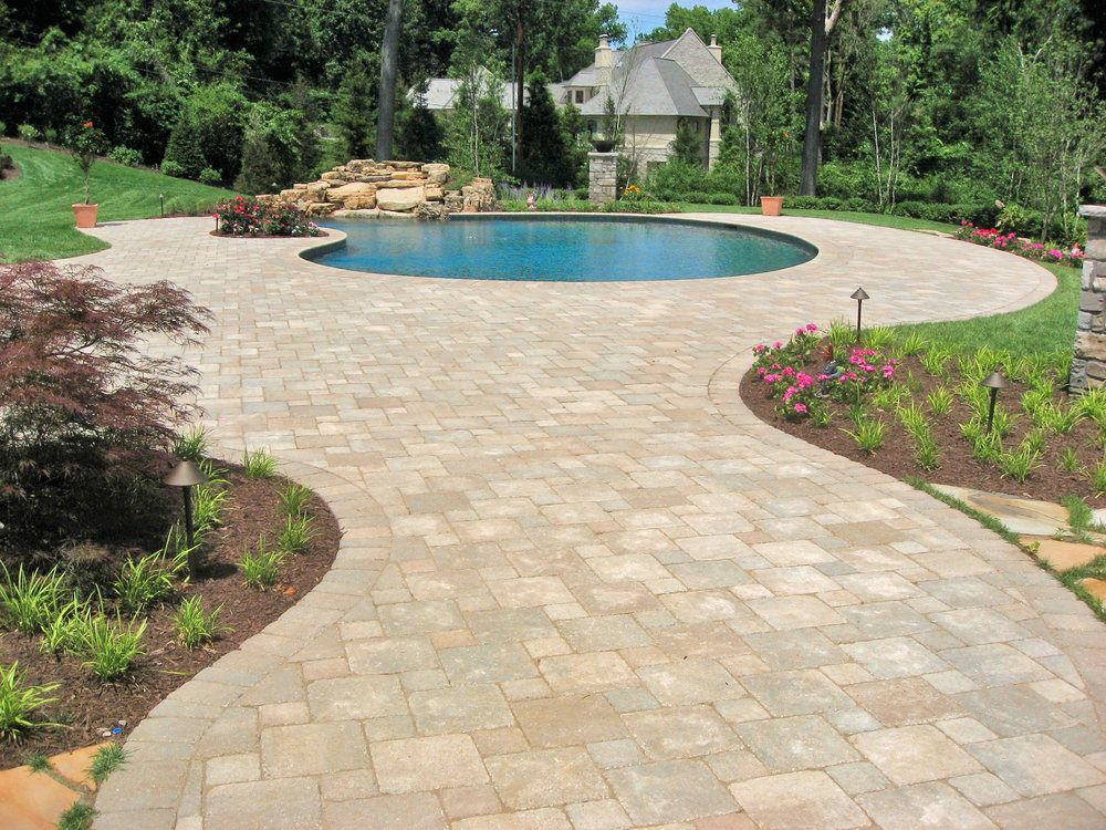 Romanstone_LedgeRock_Bethany-Ledge_pavers_mulch-bed_decorative_rock.jpg