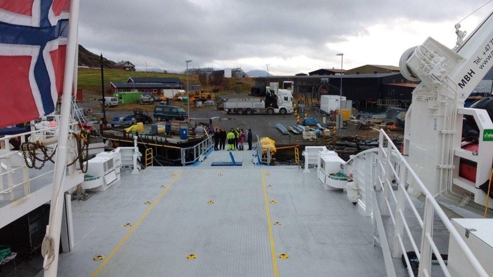 Bilbro sett fra brohus på M/S Årøy. Bilbro ser liten ut sammen med denne store kombibåten.