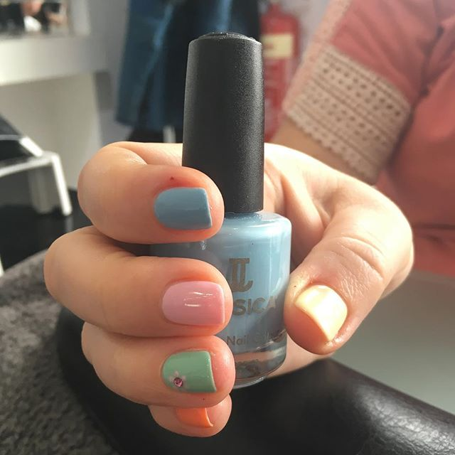Beautiful pretty spring nails. Mix up the colour!! #jessica #nails #naturalnailcare #shine #spring #pumpkinspice #blueberrycream #bellinibaby #yellowmeringue #geleration #beauty #pamper #sunshine