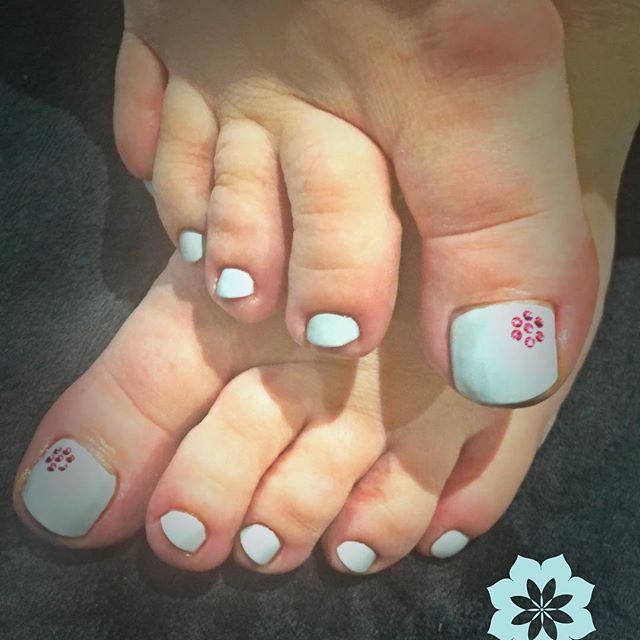 Today was TOES TOES TOES!! Beautiful summer looks to show off in the sunshine!! 😍☀️👣#manchestersalon #shine #nails #nailsofinstagram #toes #gerrardinternational #doublebubble #earlgrey #jessica #pamper #treat #sunready #summer #flipflopseason
