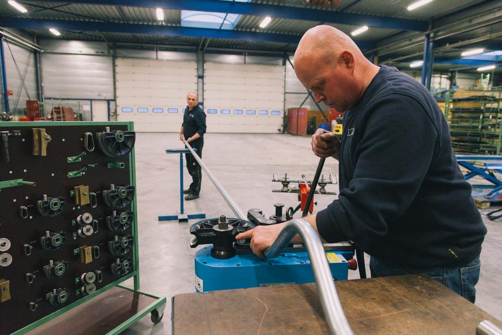 pneumatiek specialisten in de werkplaats van HSD buigen een buis