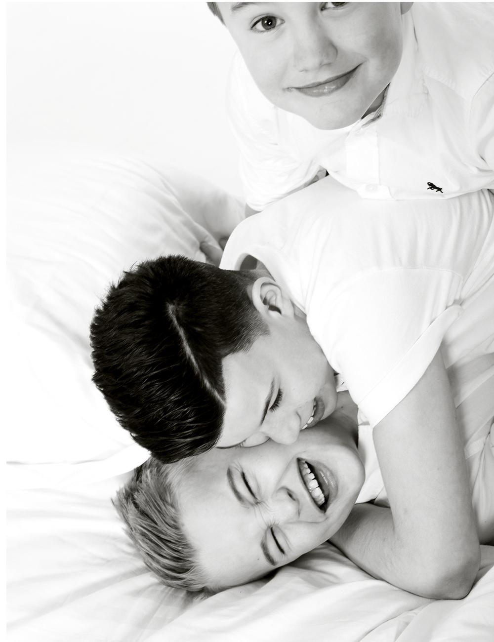 """ARVIDS VINGAR  Min barndomsvän Terese förlorade sin son. En vacker liten pojke dog. Jag tänker ofta på hennes familj och andra som drabbas av obotliga sjukdomar. Nu hjälper vi familjer så mycket vi bara kan ❤️ ❤️ Projektet heter """"Arvids vingar"""" ❤️ Man lämnar en ansökan för att inte betala för fotograferingen. Bilder och fotografering är gratis. ❤️Alla familjer med barn under 15 år där någon i familjen har en obotlig sjukdom är välkomna med ansökan. Tipsa en vän, släkting- sprid vidare så fler får chansen. Välkommen med er ansökan till info@studiothoren.se skriv """"Arvids Vingar"""" i ämnesraden"""" I en familj där mamma, pappa eller barn är sjuka med en dödlig sjukdom är det ovärderligt med familjebilder att hitta styrka i och minnas underbara stunder."""