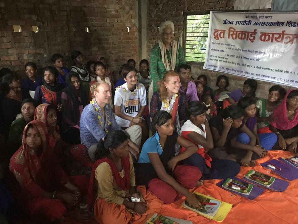 Sarah, Duchess of York en Tom Dannatt, de CEO van Street Child UK, bezoeken een klaslokaal in Nepal.
