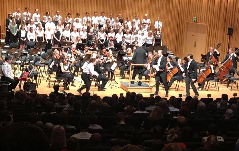 Ur improviserad opera med unga körsångare och Västerås Sinfonietta i Västerås Konserthus, maj 2018. Foto: Kella Naeslund.