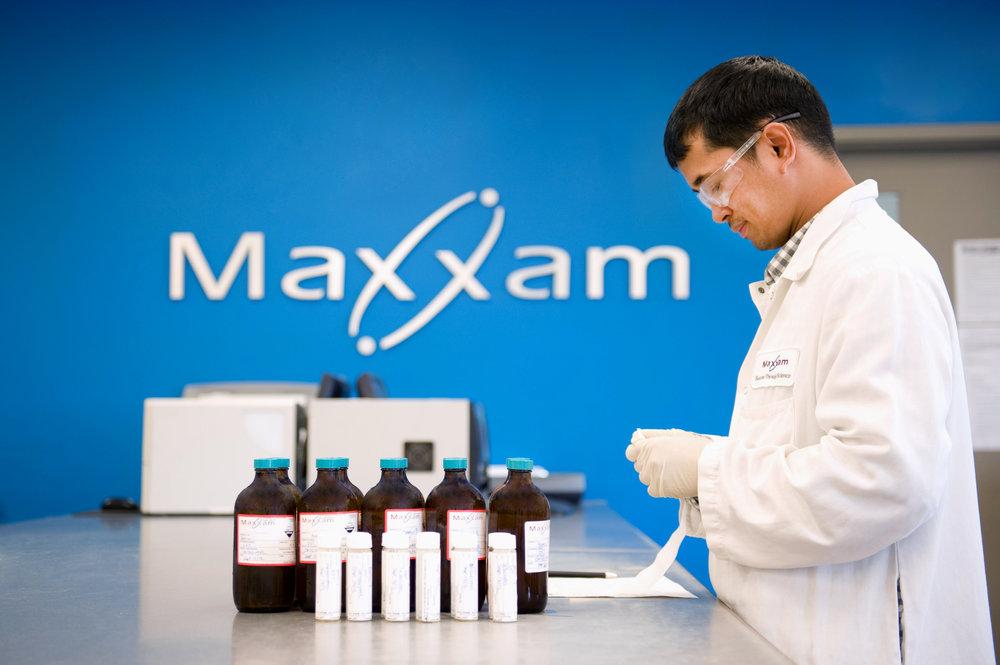 Marta-Hewson-Industrial-photogrpahy-medical-labratory-labeling-Maxxam.JPG