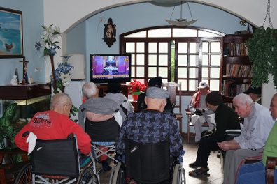 Idosos assistindo TV no Lar Teodora