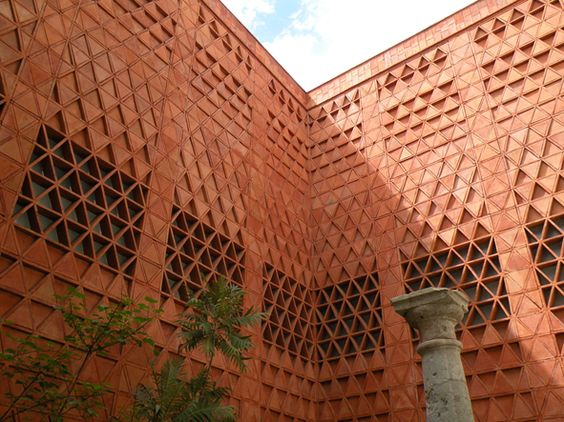 Los Museos - Oaxaca has a rich history and culture of artistic expression. The city center has several museums and galleries that host exhibitions and works from regional, national, and international artists.