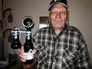 Lucien Gagnon avec son téléphone en bouteilles de bière