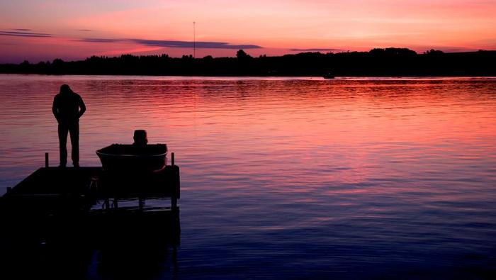 Une photo prises par ma mère. C'est mon ptit frère sur le quai.