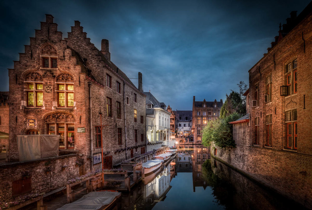 Beautiful buildings and serene waters go hand-in-hand in Bruges. Image credit:  Jacob Surland / Creative Commons