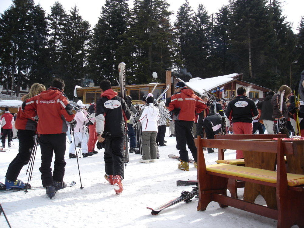 People gather to partake in Borovets' Aprés ski. Image credit:    Dimitris P   /   Creative Commons