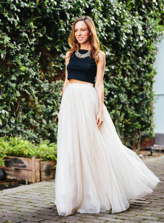 Foto: Jodee Debes. // Crop top: Express.  Falda: Needle & Thread vía  Asos.