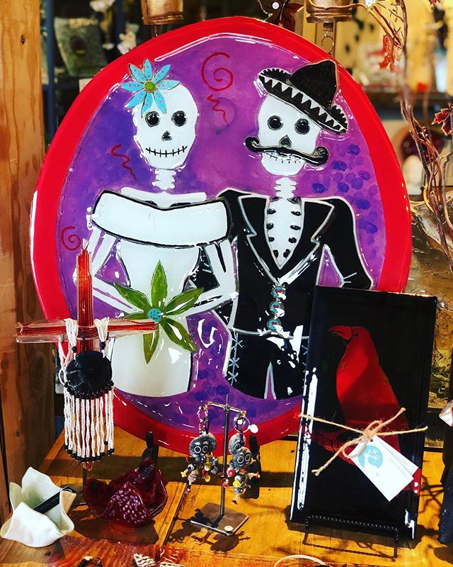 #dayofthedead decor anyone?! So fun & festive! 👻 🕷 #lisastirrettglassartstudio #kitsapcountyartists #shoplocal