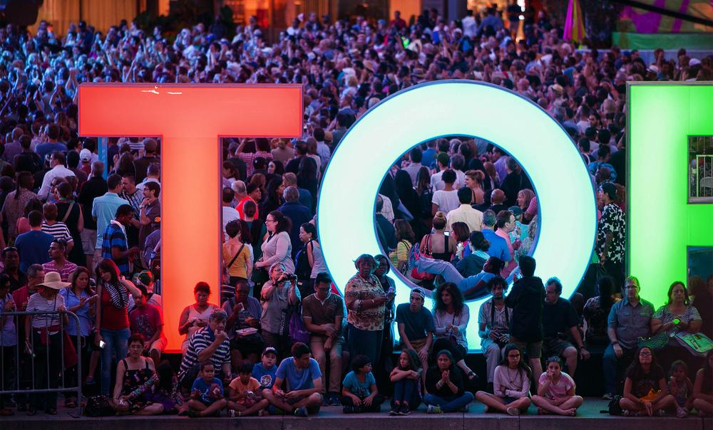 toronto-sign_NPS_crowd_TO_01.jpg