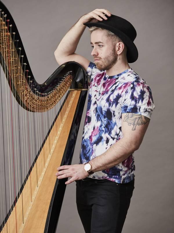 Alexander Thomas (harp).