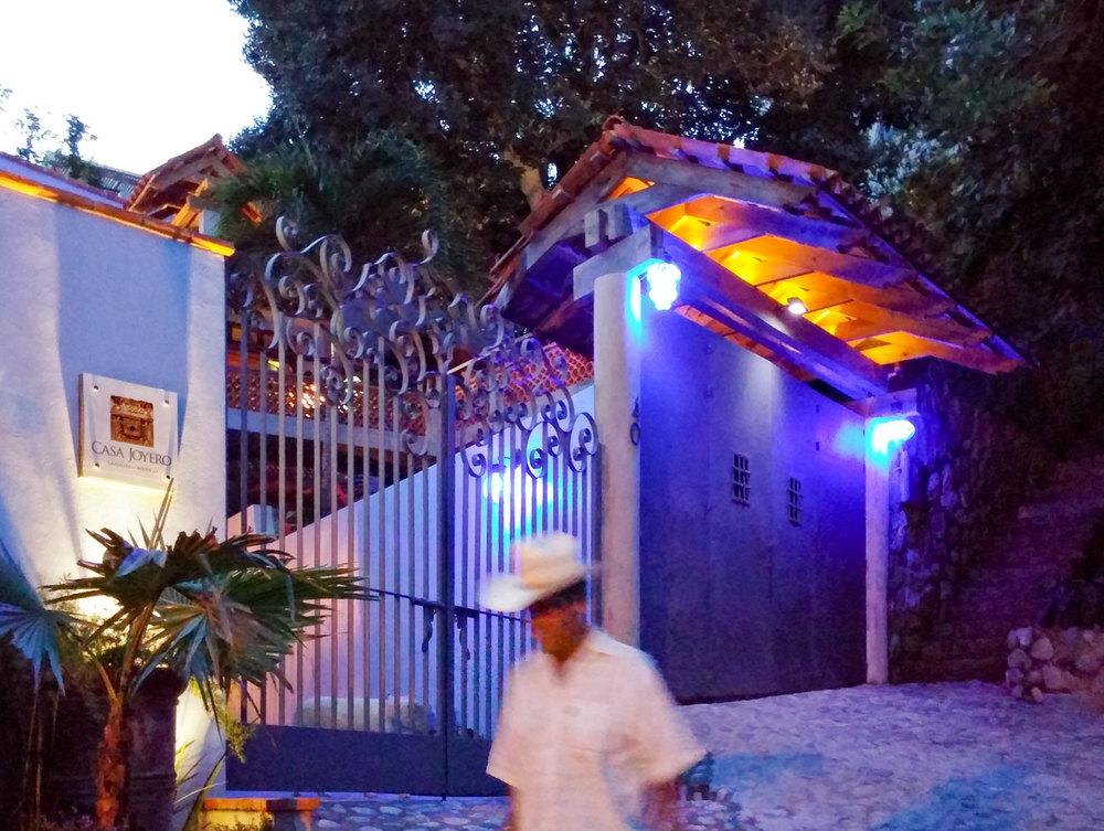 Casa-Joyero-Sayulita-passerby.jpg