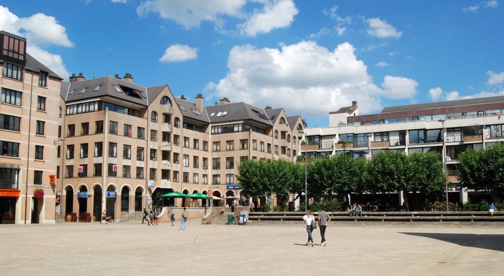 Belgique_-_Louvain-la-Neuve_-_Grand-Place_-_01.jpg