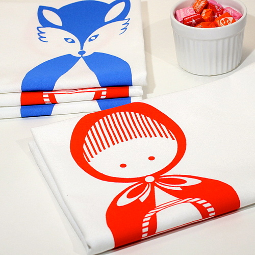 TITILULI Hand screen printed simple and happy designs on textiles and paper goods.