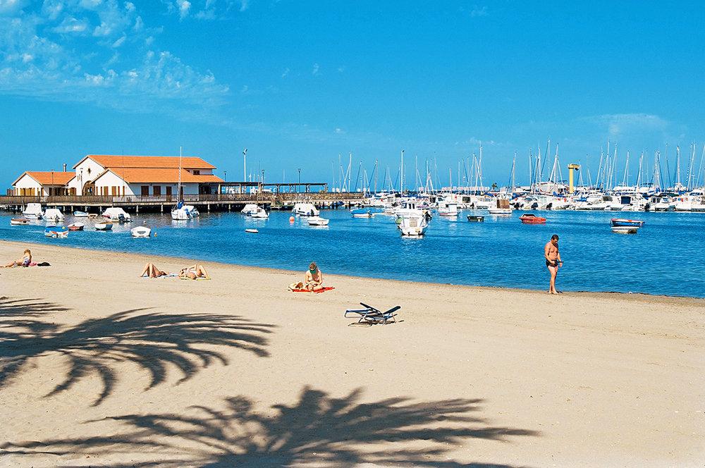 Mar Menor - Senaste tiden har områdena runt Mar Menor blivit alltmer populära för internationella investerare. Det är inte så konstigt när lagunen tillåter för bad hela året, perfekt för vatten sporter, golf dyrkare och personer som uppskattar lugn och fin natur. Just nu kan man investera i prisvärda fastigheter på denna alltmer expanderade plats.