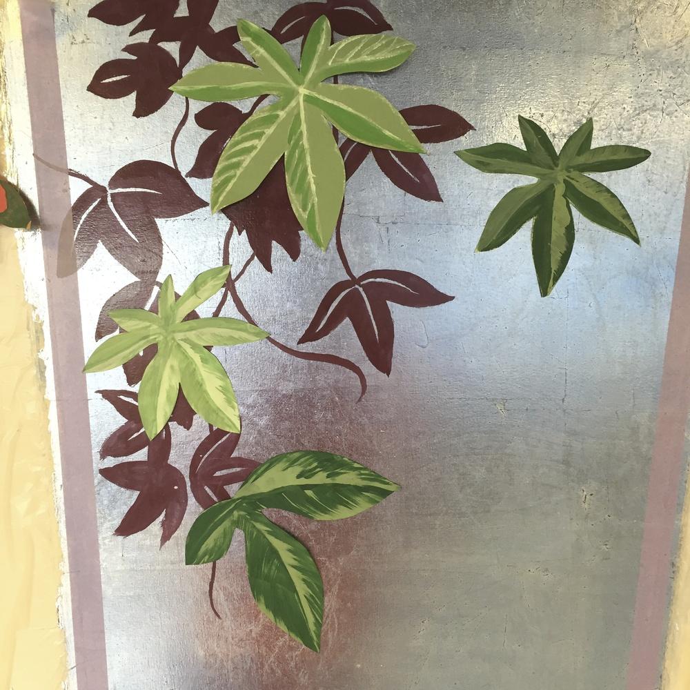 komposition med udklippede blade