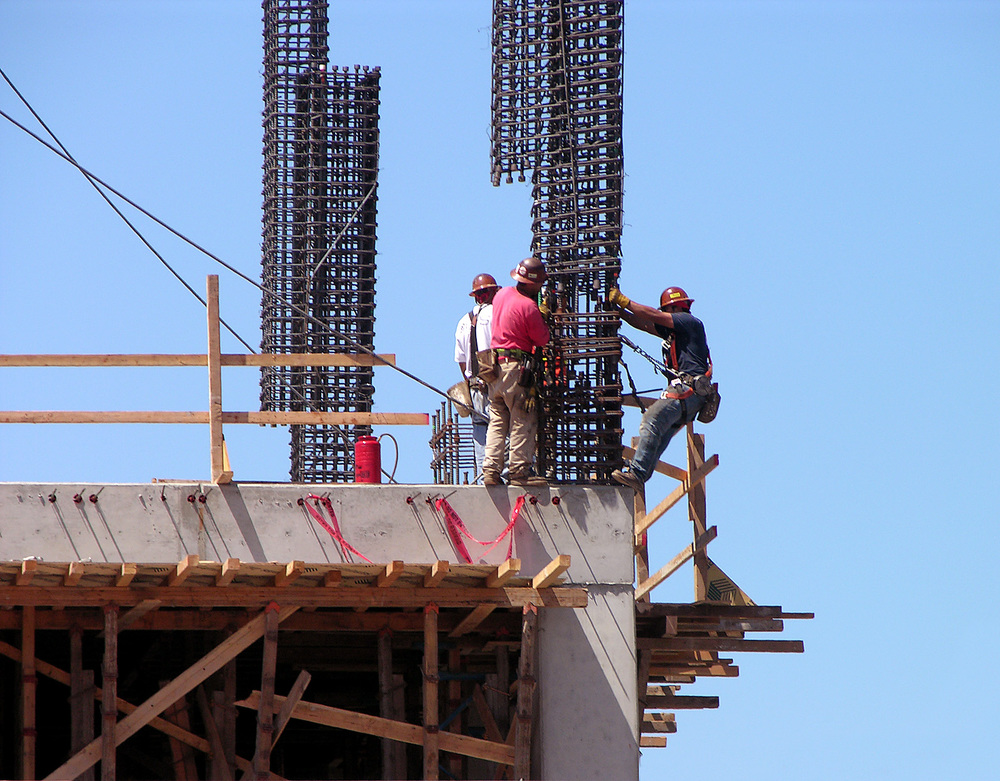 construction-workers-1560042.jpg