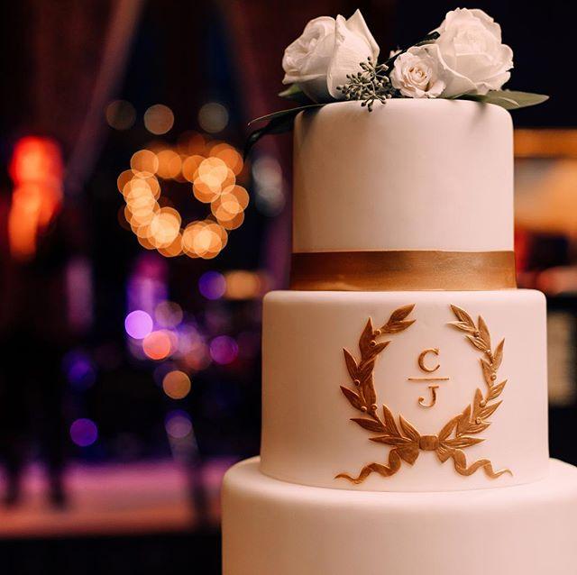 The personal details were spot on for the December 15th wedding of Carolyn & John! Venue: @ulcchicago Pic: @anniesteele #aspcouples #weddingwednesday #weddingcake #pastryart